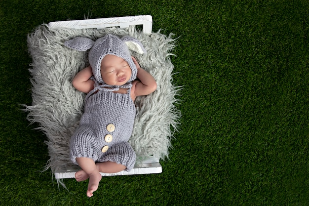 Счастливый очаровательны девочка спит в кроватке. маленький ребенок, имеющий дневной сон в постели