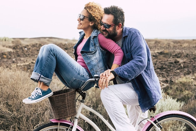 自転車で楽しんで幸せな大人のカップル