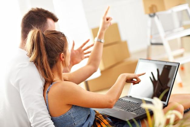 Счастливая взрослая пара переезжает или переезжает в новый дом