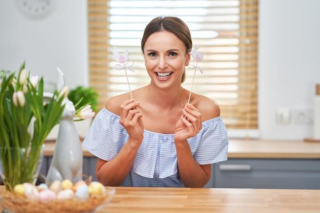 キッチンでイースター気分で幸せな大人の女性