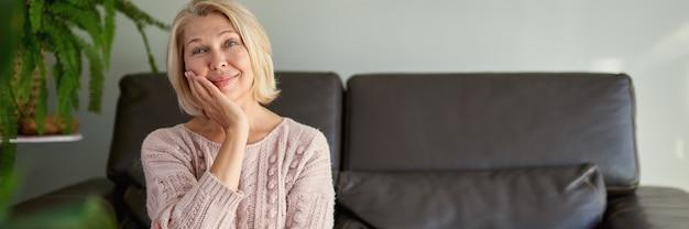 소파에 앉아 행복 한 성인 여자