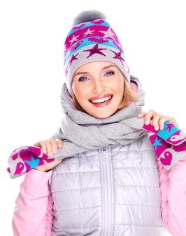 Donna adulta felice in abiti invernali con luminose emozioni positive isolate su bianco