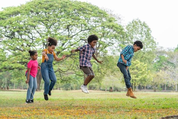 공원 교육 야외 개념에서 밧줄 위로 점프 행복 아프리카 계 미국인 어린이