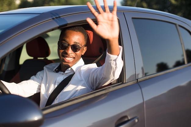 夏に、幸せなアフリカ系アメリカ人の運転を歓迎します