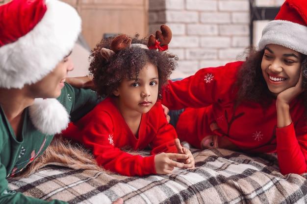 크리스마스 이브에 집에서 행복 한 아프리카 계 미국인 가족