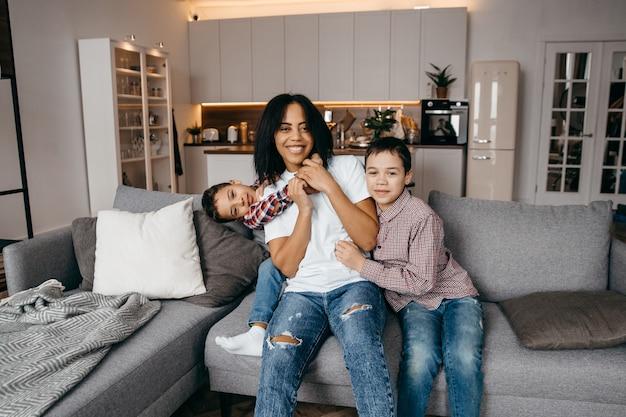 행복한 아프리카 계 미국인 가족 엄마와 두 아들이 장난을 치며 집에서 함께 재미