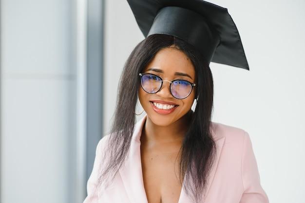 Счастливый афро-американских студентка с дипломом на выпускной