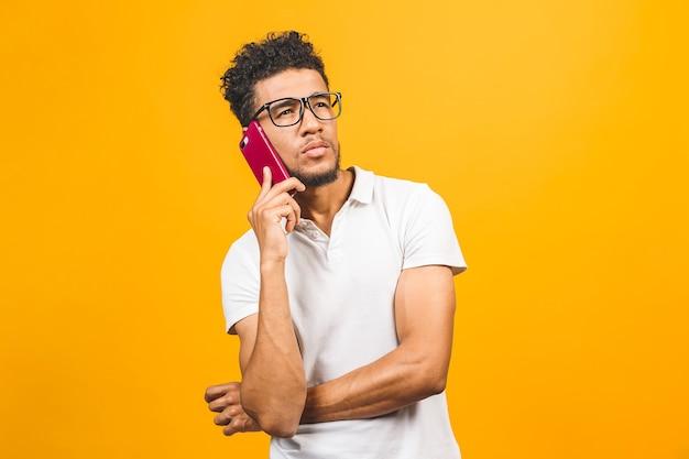 Счастливый афро-американский парень разговаривает по мобильному телефону