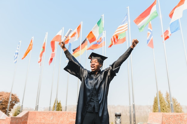 Счастливый афро-американский выпускник мужского колледжа на церемонии