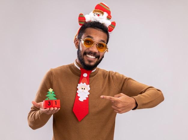 Felice uomo afroamericano in maglione marrone e orlo di babbo natale