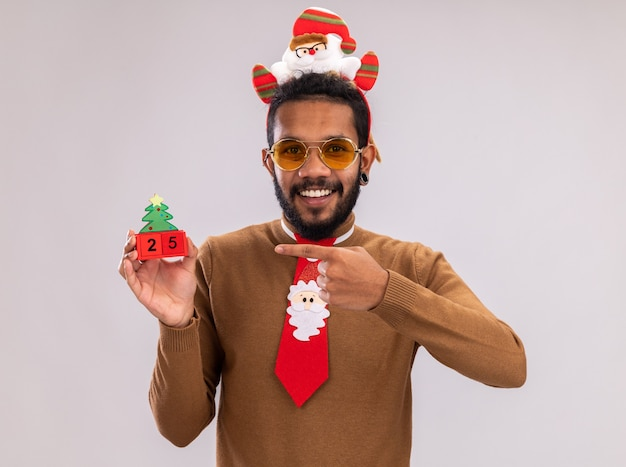 갈색 스웨터와 산타 테두리에 행복 한 아프리카 계 미국인 남자
