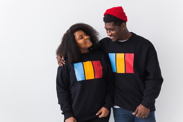 幸せなアフリカ系アメリカ人の女性と男性