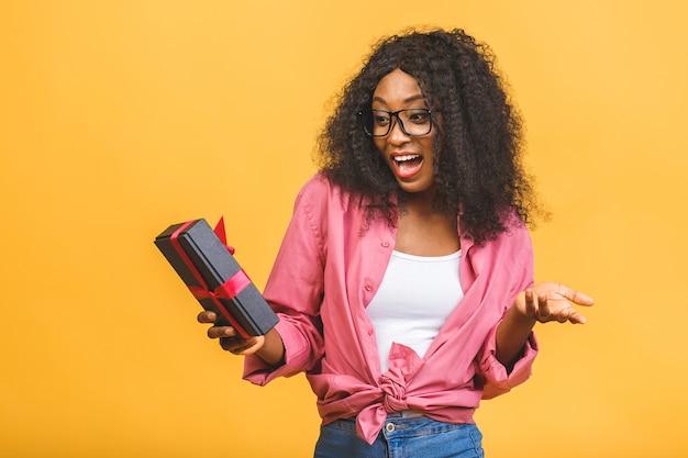 Счастливый афро-американских женщина, держащая подарок