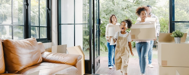 La giovane famiglia afroamericana felice ha comprato la nuova casa
