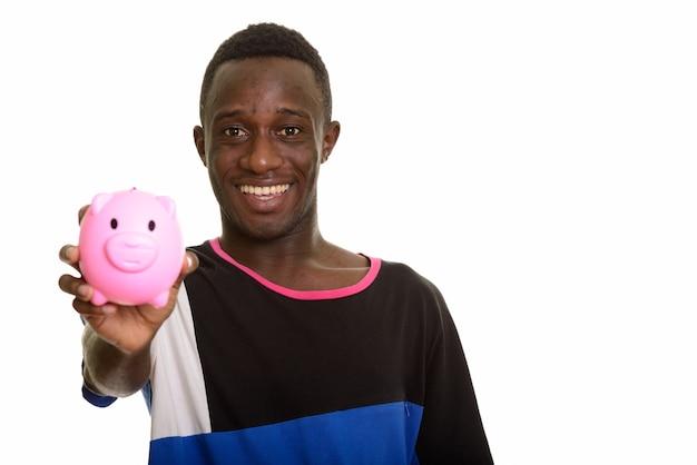 Счастливый африканский человек улыбается, держа копилку
