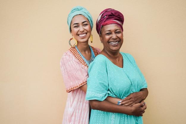 행복 한 아프리카 어머니와 딸이 서로 포옹