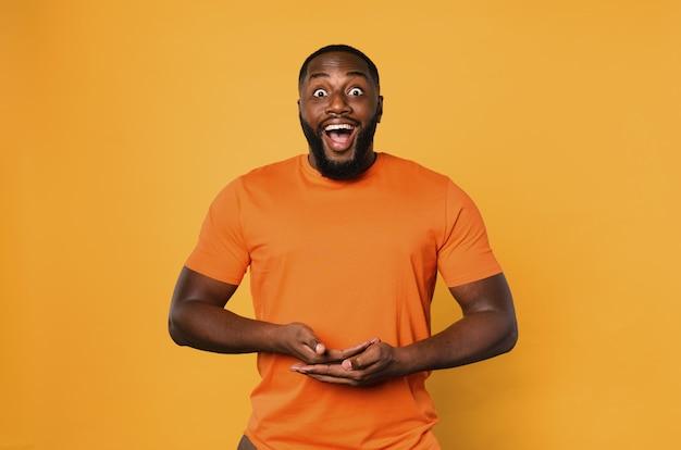Счастливый афро-мужчина держит что-то руками