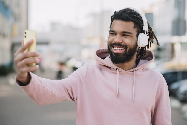 Uomo afroamericano felice che prende un selfie