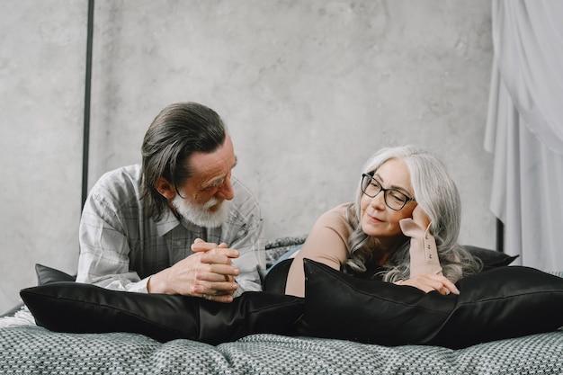 家で一緒にリラックスして幸せな老夫婦