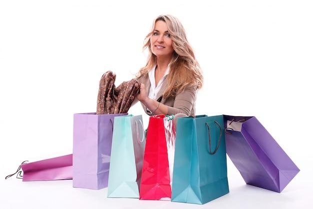 Счастливая постаретая женщина с хозяйственными сумками