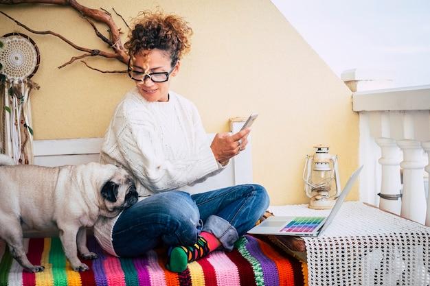 Счастливая альтернативная молодая жизнерадостная женщина ходит дома с новым деловым стилем