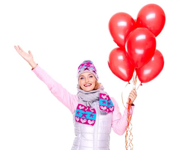 白で隔離赤い風船と幸せなアメリカ人女性