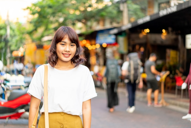 タイのカオサーンロードを旅行して幸せで美しいアジアの女性