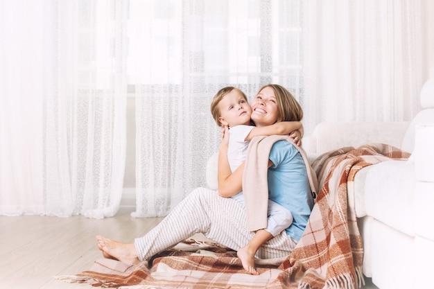 거실에서 집에서 함께 행복하고 아름다운 엄마와 아이 가족
