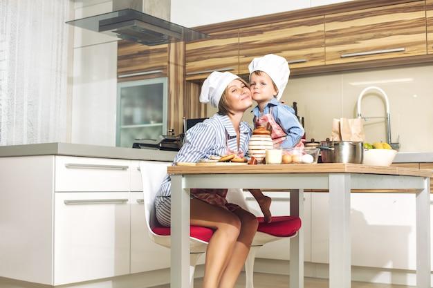 부엌 요리에서 함께 행복하고 아름다운 어머니와 자식 가족