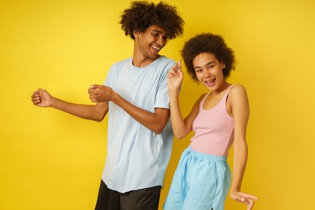 행복하고 평온한 남자 친구와 여자 친구가 함께 춤을 춥니 다.