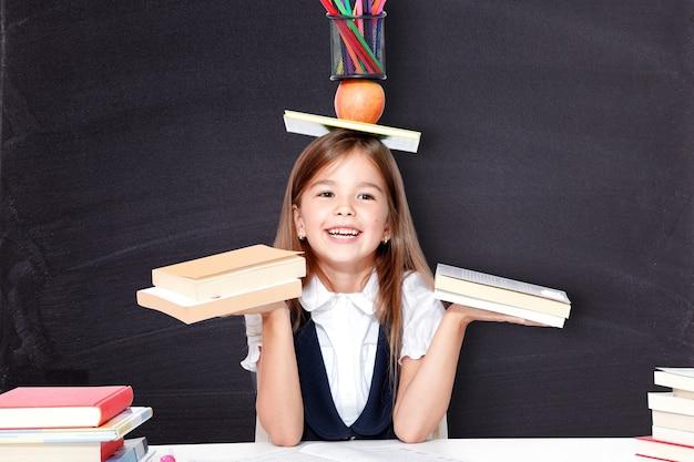 Счастливая и милая школьница-подросток, весело проводящая время в школе.