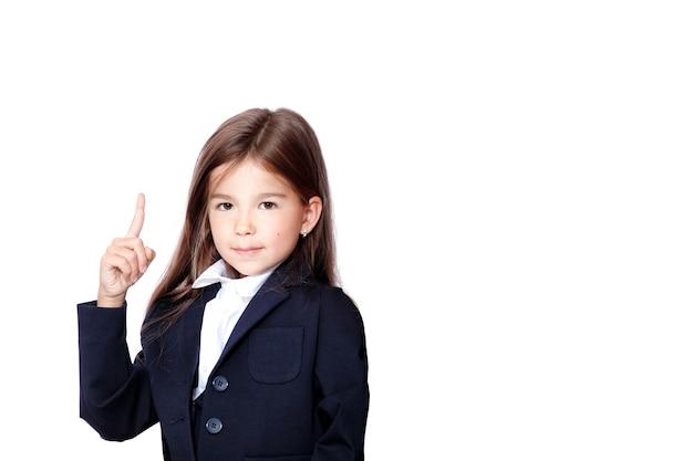 교실에서 손을 올리는 행복하고 귀여운 십대 여학생