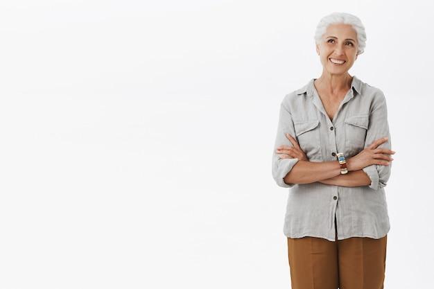 행복하고 기쁘게 유럽 할머니 손을 잡고 캐주얼 복장을하고 즐겁게 웃고
