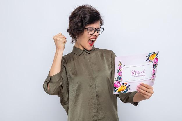 3월 8일 국제 여성의 날 인사말 카드를 들고 행복하고 흥분된 여성