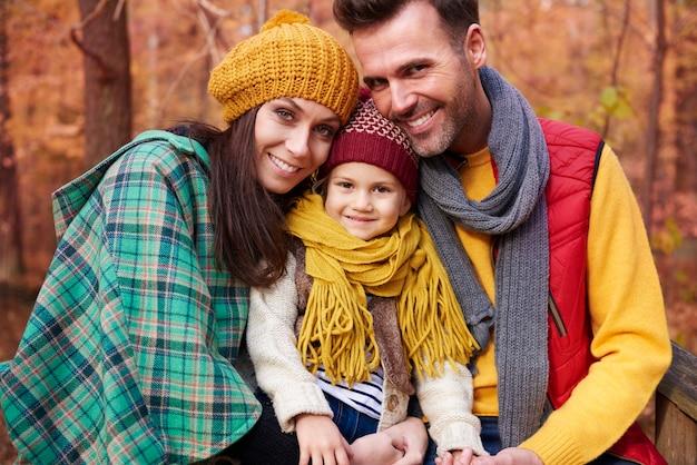 Счастливая и полная любви семья в осенний сезон
