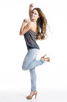 행복과 기쁨 패션 세련 된 청바지-흰색 절연에 아름 다운 여자. 스튜디오에서 포즈를 취하는 패션 모델