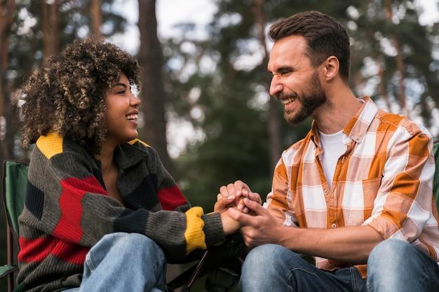 Счастливая и радостная пара, проводящая время вместе на открытом воздухе