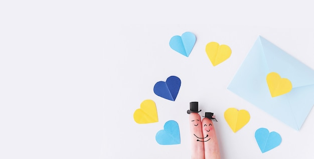 발렌타인 데이에 행복하고 사랑스러운 커플 손가락이 만난다