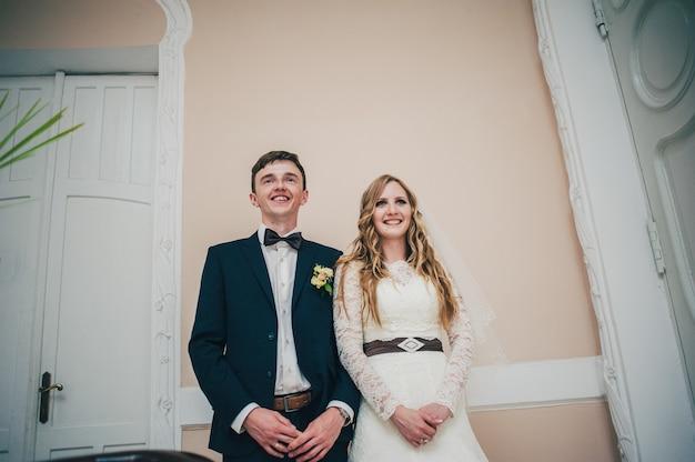 結婚式の日に幸せと笑顔の新婚夫婦