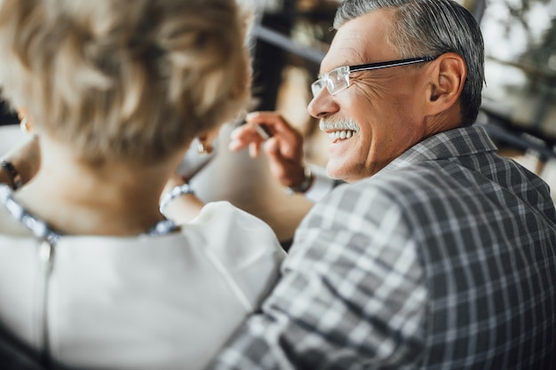 記念日おめでとう。短い髪の妻を抱きしめながら幸せそうに笑っている白髪の男