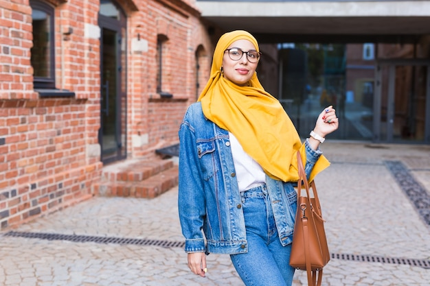黄色のヒジャーブと幸せなアラブのイスラム教徒の女性