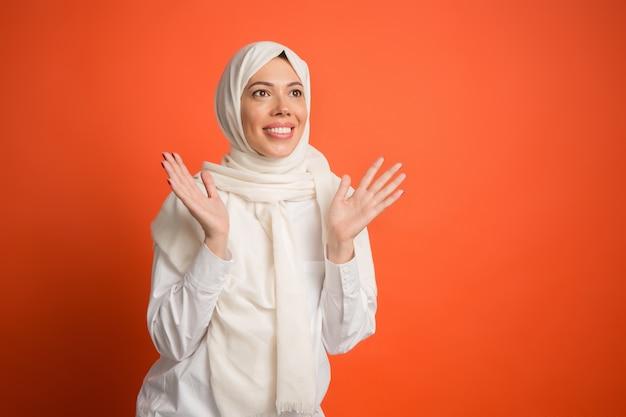 Felice donna araba in hijab. ritratto di ragazza sorridente, posa in studio di sfondo