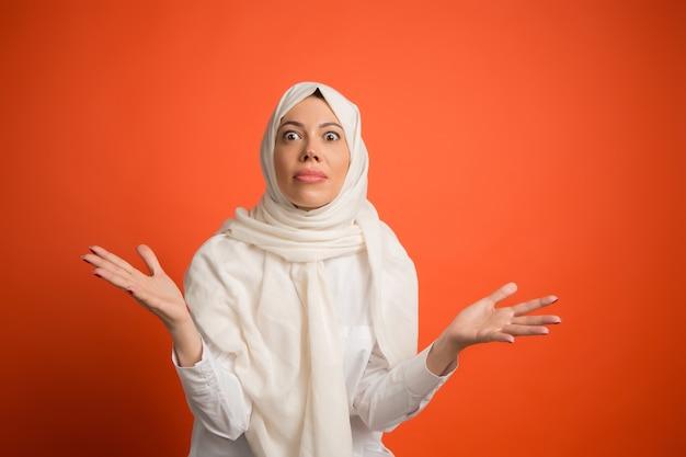 ヒジャーブの幸せなアラブの女性
