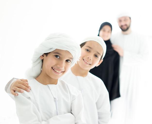 행복 한 아랍어 가족 재미 집에서 줄을 서 서