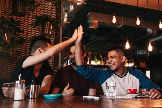 彼の友人にハイタッチをする幸せなアラビアの若い男