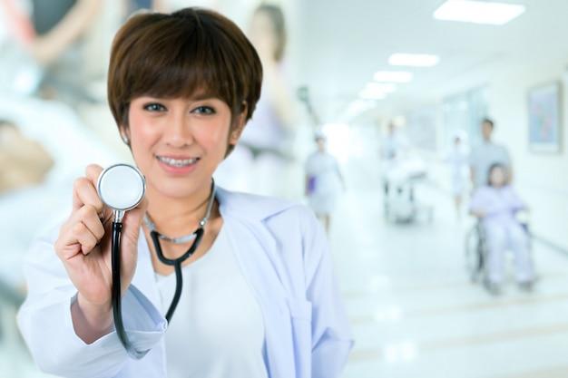 病院で聴診器で幸せなアジア医師