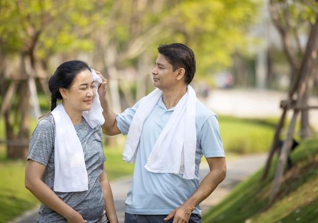 행복 한 아시아 수석 커플 야외 공원에서 조깅.