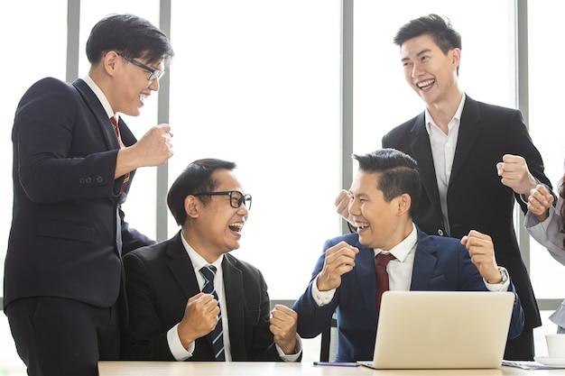 함께 응원하는 행복한 아시아 사업가들은 프로젝트 성공을 축하합니다. 동료들 팀워크