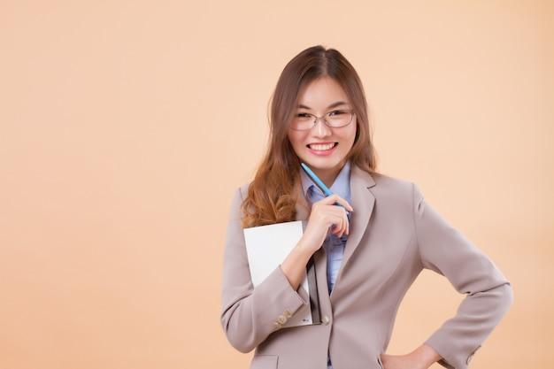 ノートブックと幸せなアジアビジネス女性