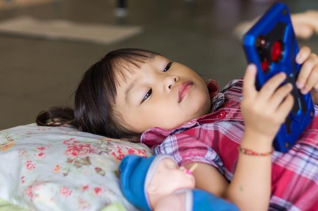 幸せなアジアの子供の女の子